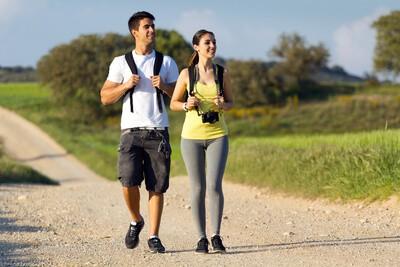 lidé na zdravotní procházce