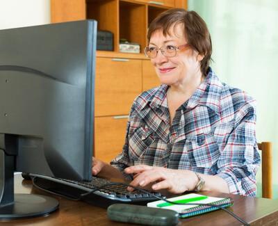 aktivní senioři před počítačem