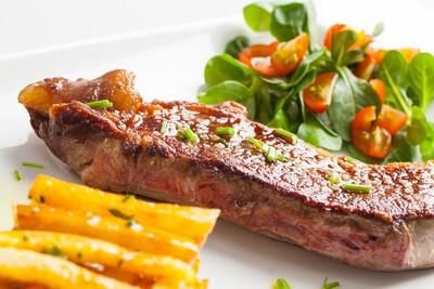 grilované maso s bramoborem